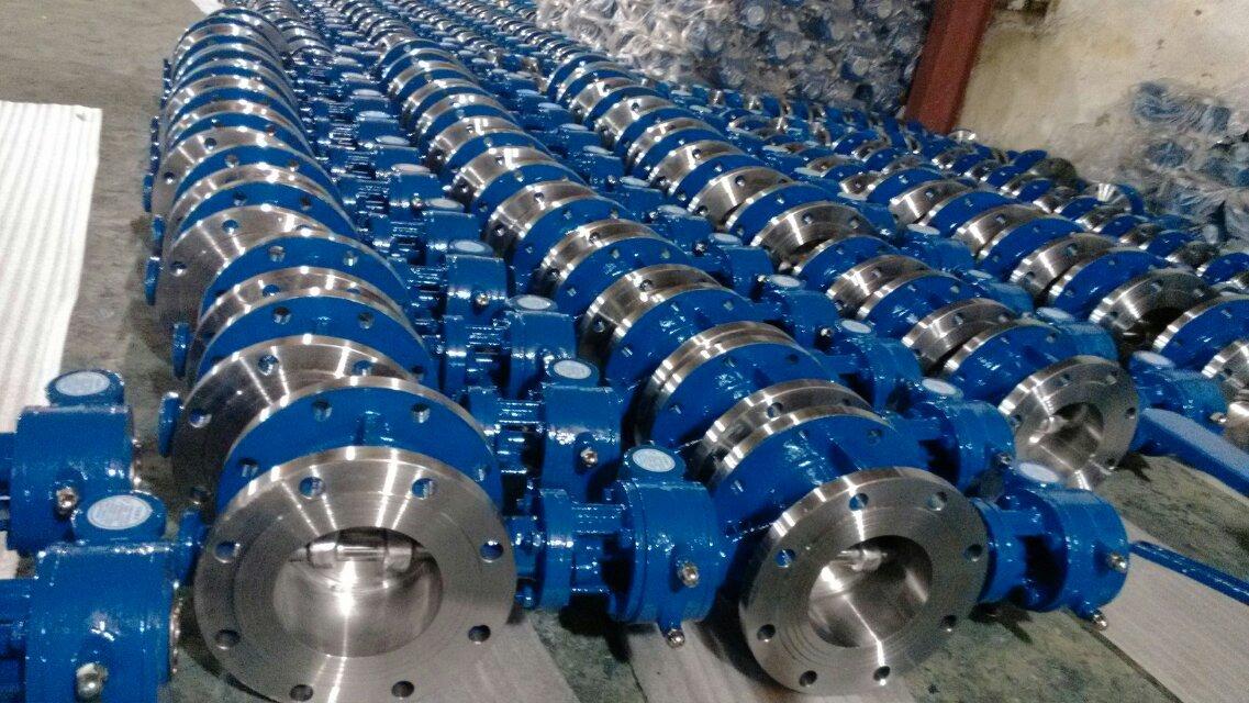一、D643H硬密封气动法兰式蝶阀概述: 法兰硬密封气动蝶阀采用三维编心原理设计,阀座采用硬软密封兼容的多层次结构,加工精湛,工艺先进。本产品由阀体、蝶板、多层次阀座、阀杆、传动机构等主要部件组成。因此被广泛地应用到冶金、电力、石油、化工、空气、煤气、可燃气体以及给排水等腐蚀性介质的管道上。 二、气动执行器的主要参数: